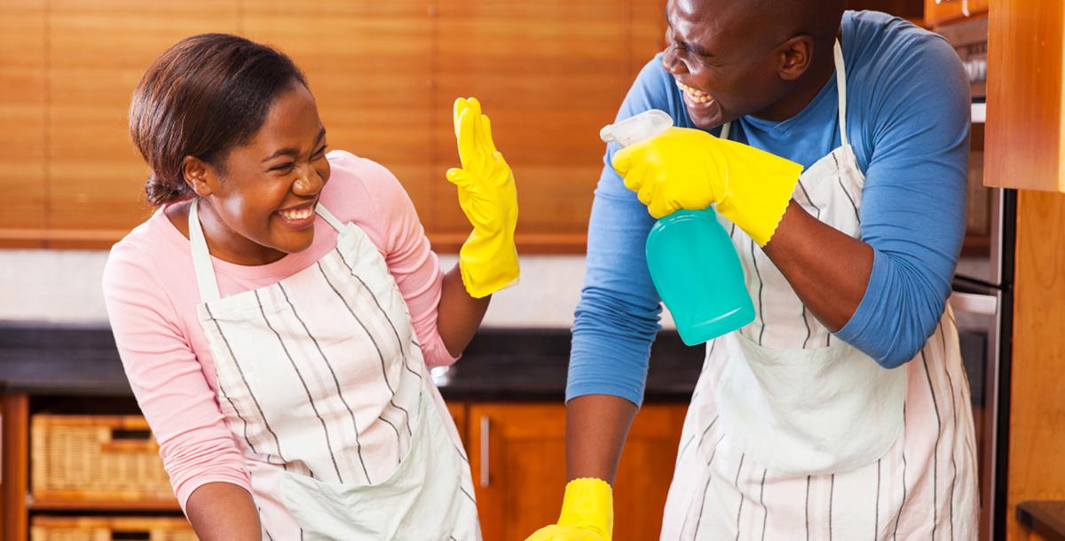 casal-divertido-cozinha